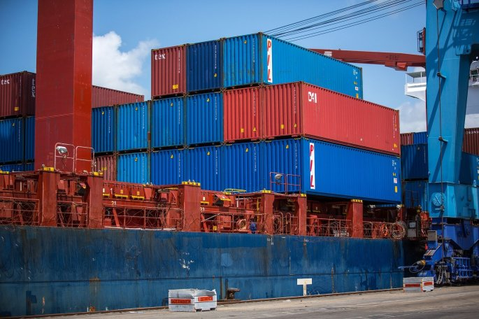 shipping-containers-1096829_1920